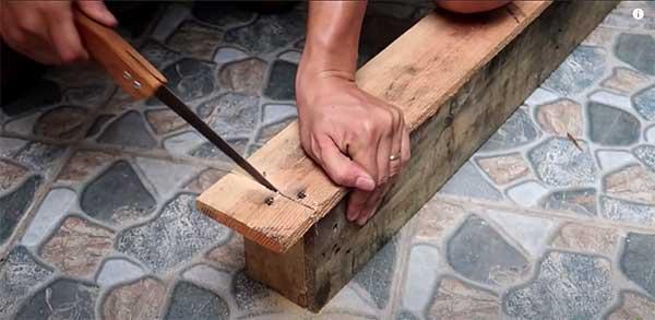 Cómo construir un macetero con palets. Paso 3: Cortar láminas de madera