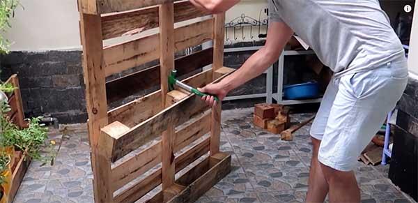 Cómo construir un macetero con palets. Paso 2: Desmontar segundo palet