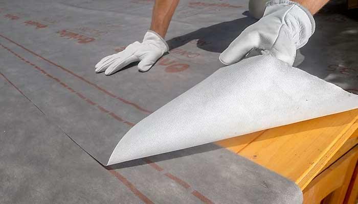 Colocar segunda hilera de láminas impermeabilizantes para tejado