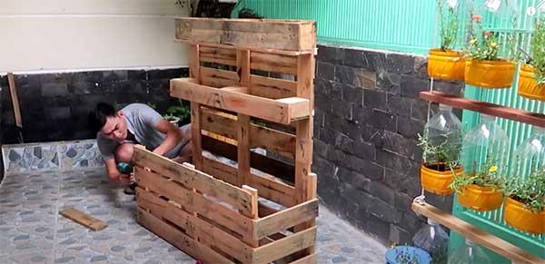 Macetero construido con palets casi acabado