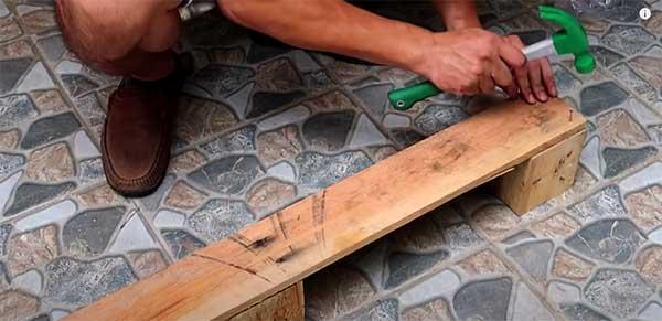 Cómo construir un macetero con palets. Paso 4: Unir láminas de madera con viga