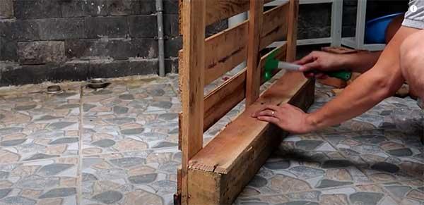 Cómo construir un macetero con palets. Paso 5: Unir láminas de madera al palet