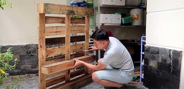 Cómo construir un macetero con palets. Paso 6: Unir viga de madera al palet